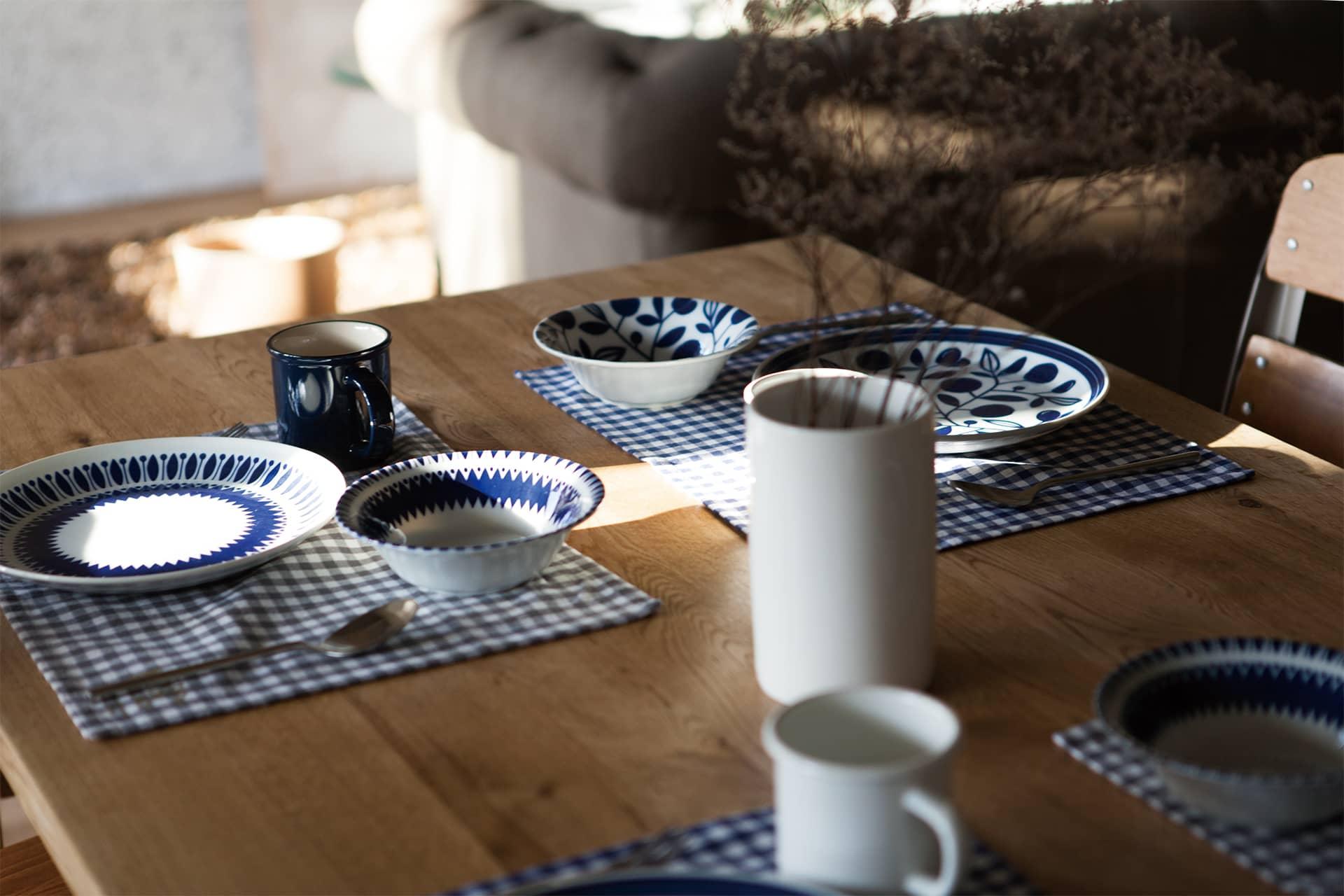 パークサイト玉川 / キッチンテーブルと食器