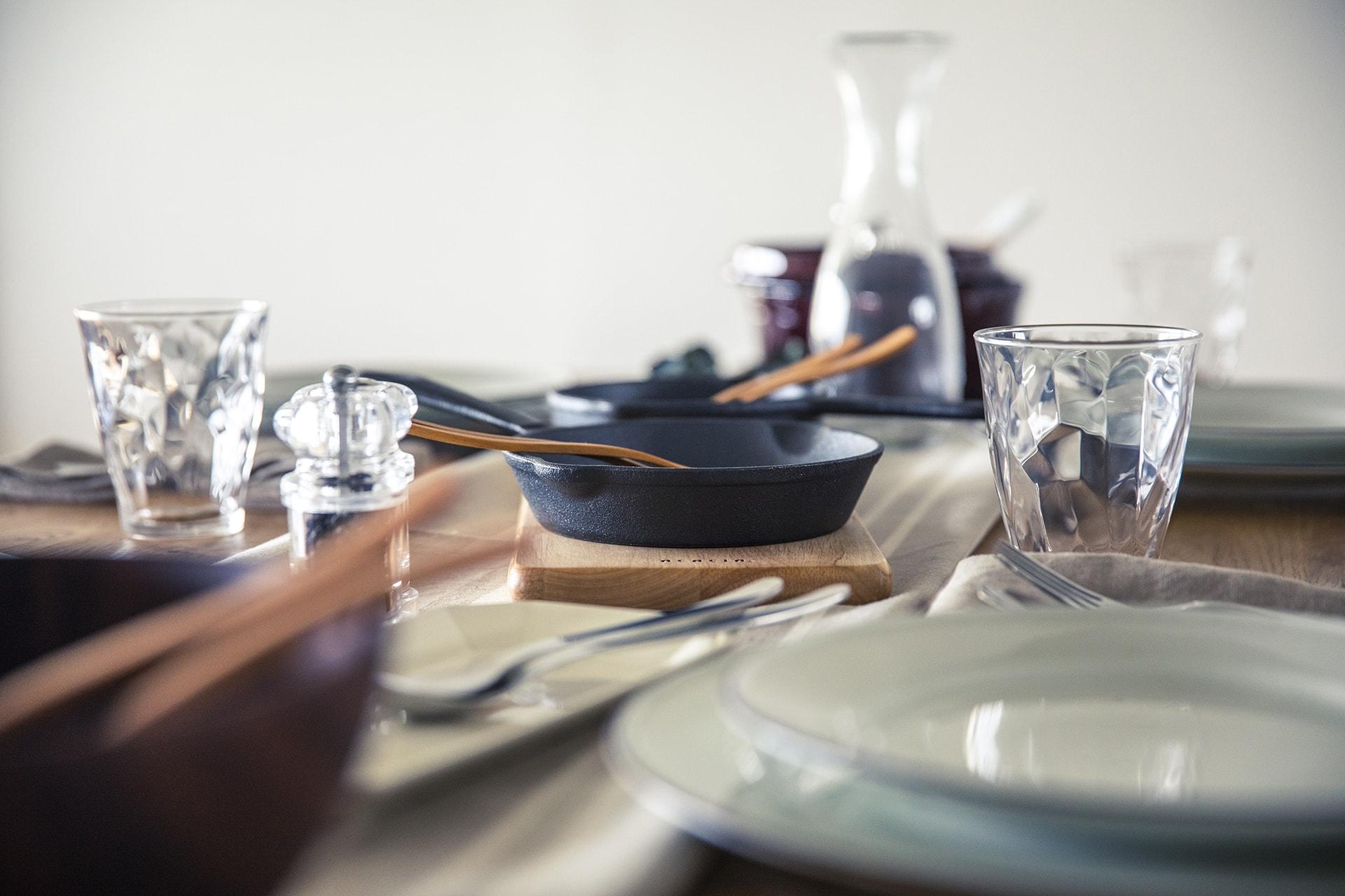 長寿園マンション / リビングテーブルと食器