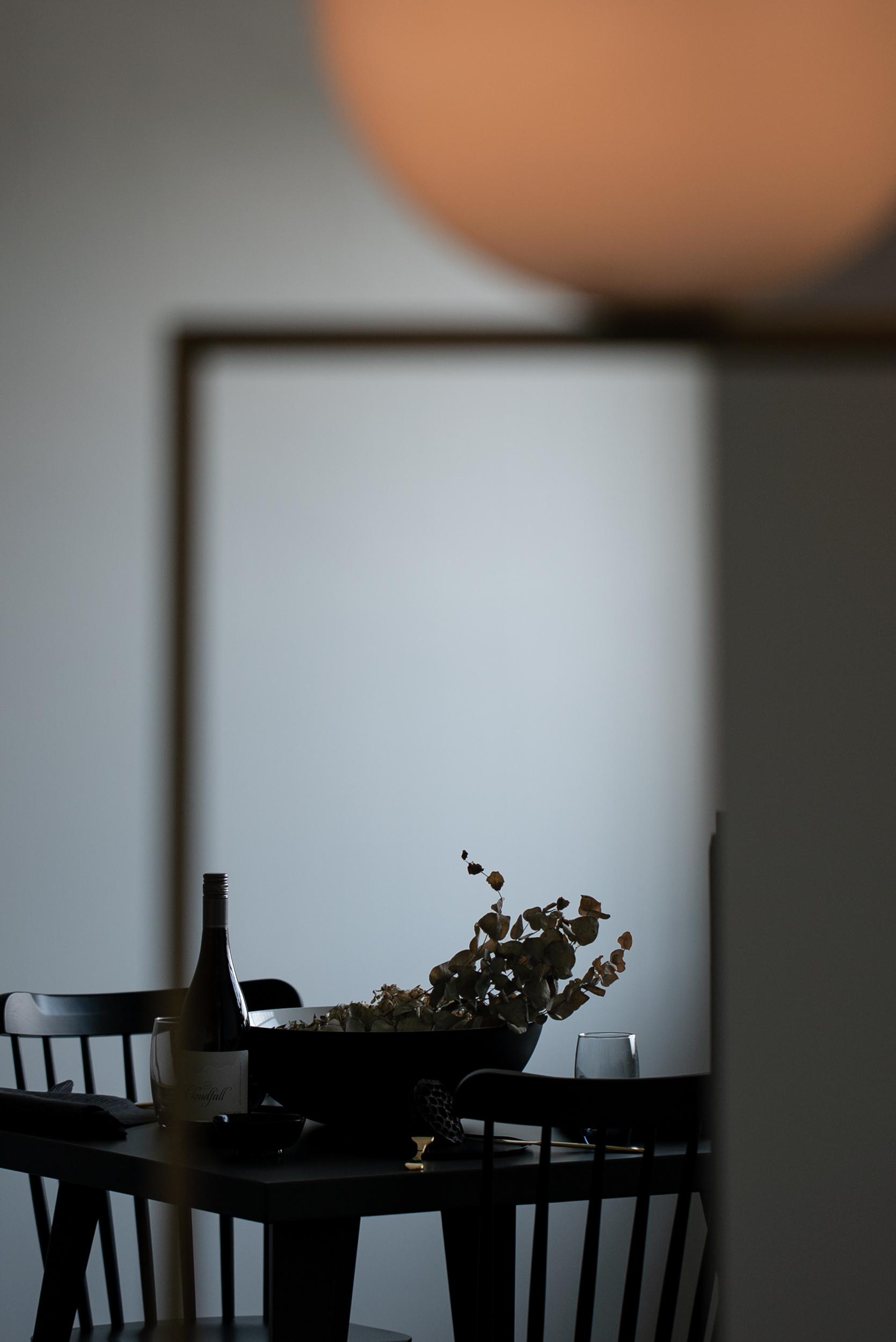 レジデンス此花 モデルルーム / 間接照明とダイニングテーブル