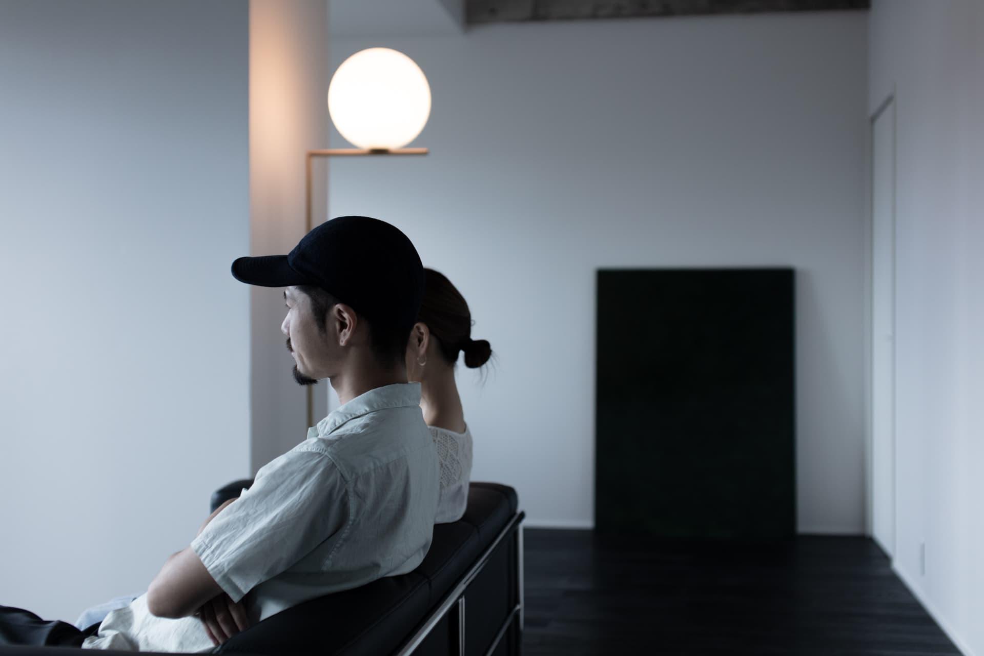 レジデンス此花 モデルルーム / ソファに座る夫婦