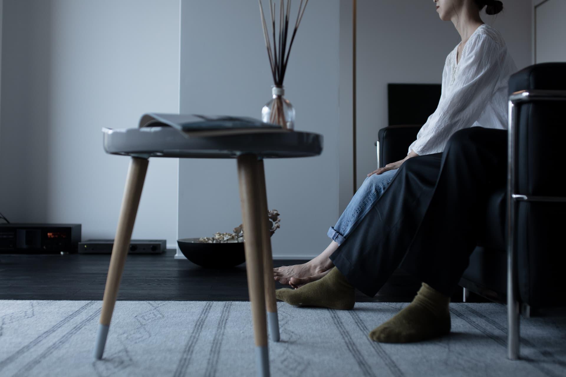 レジデンス此花 モデルルーム / ソファに座る夫婦の足元