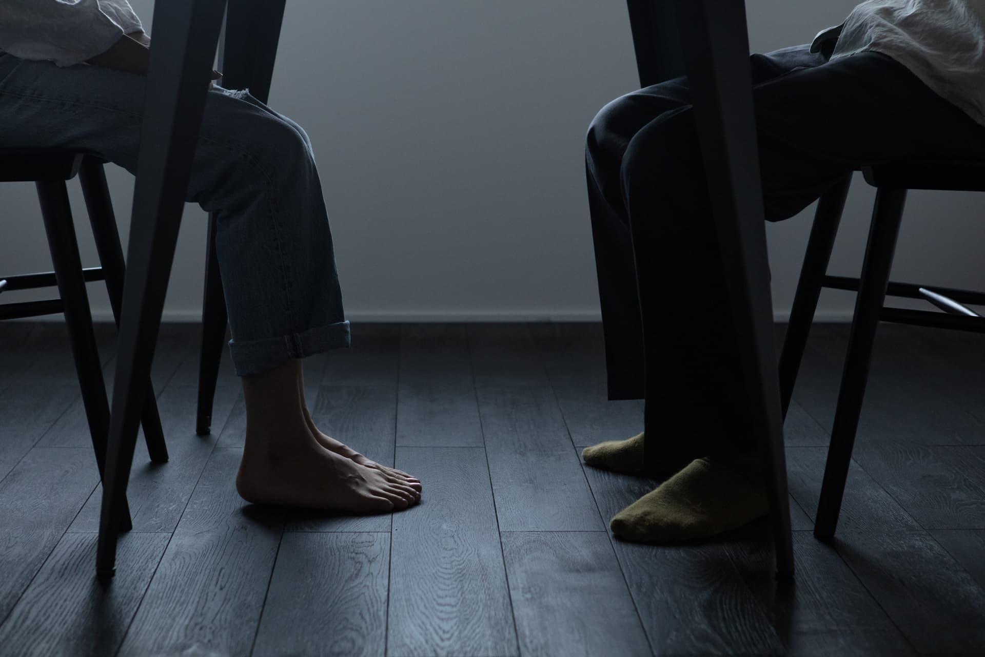 レジデンス此花 モデルルーム / ダイニングテーブル 夫婦の足元と無垢の床