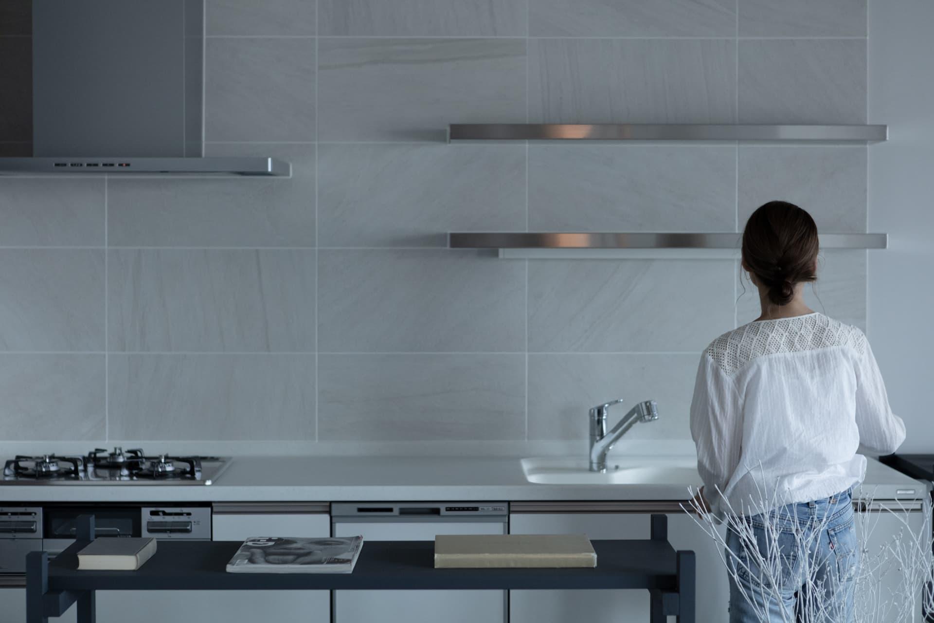 レジデンス此花 モデルルーム / キッチンに立つ女性