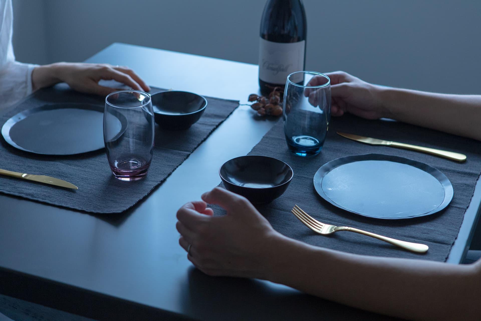 黒でまとめたダイニングテーブルと金のカラトリー