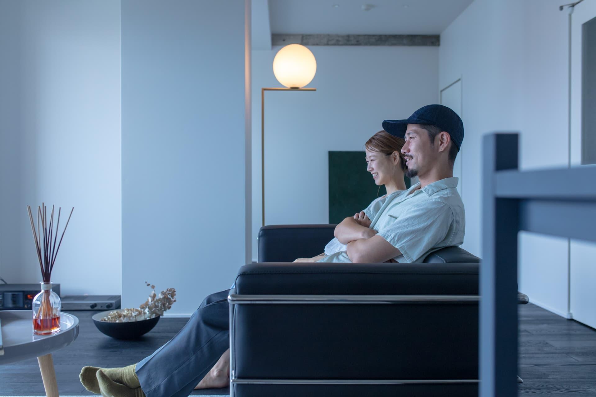 ソファで会話する夫婦