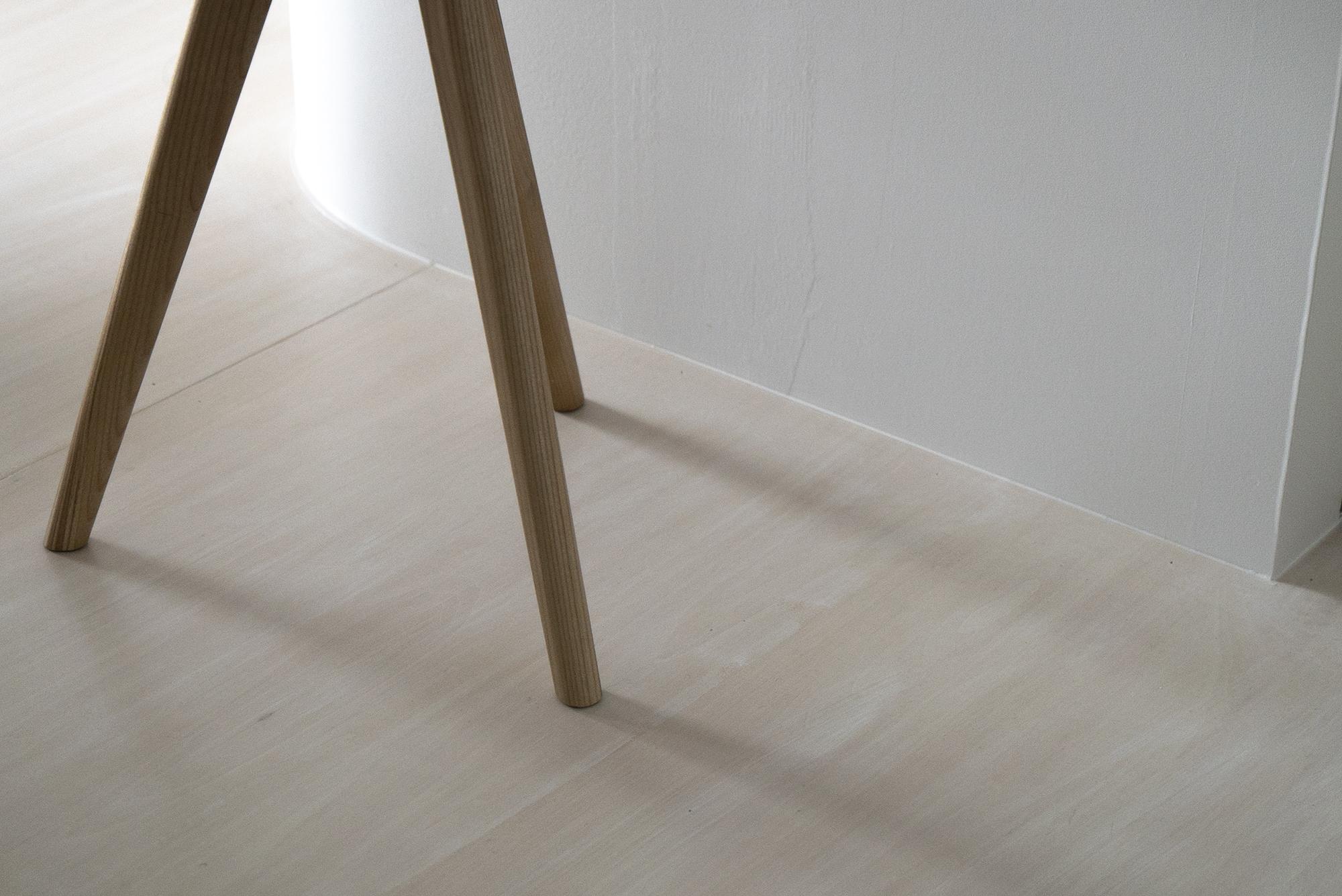 朝日プラザフローラル駅西 モデルルーム / 椅子にできた影