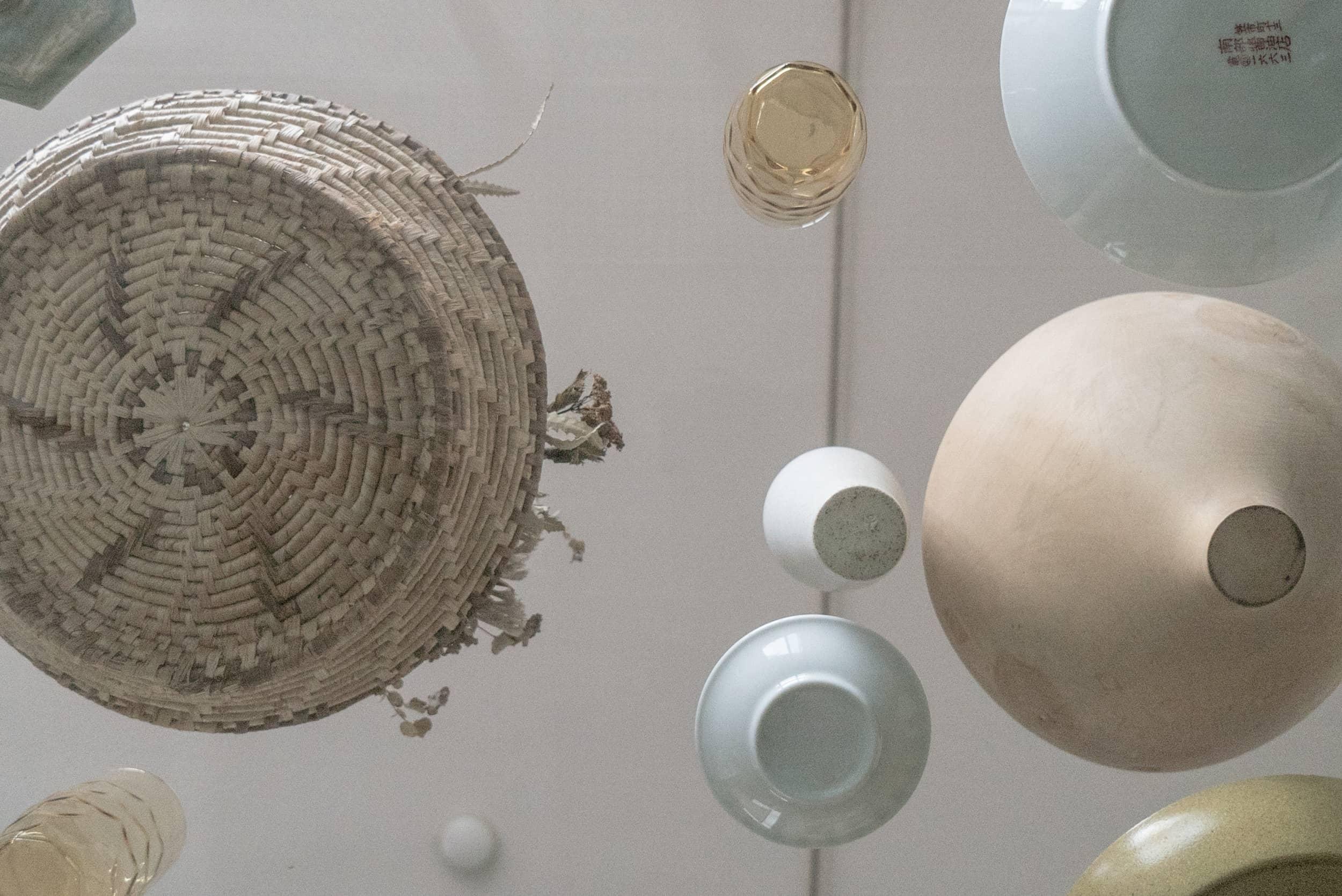 ロイヤルシャトー泉本町モデルルーム / ガラスのテーブルと器