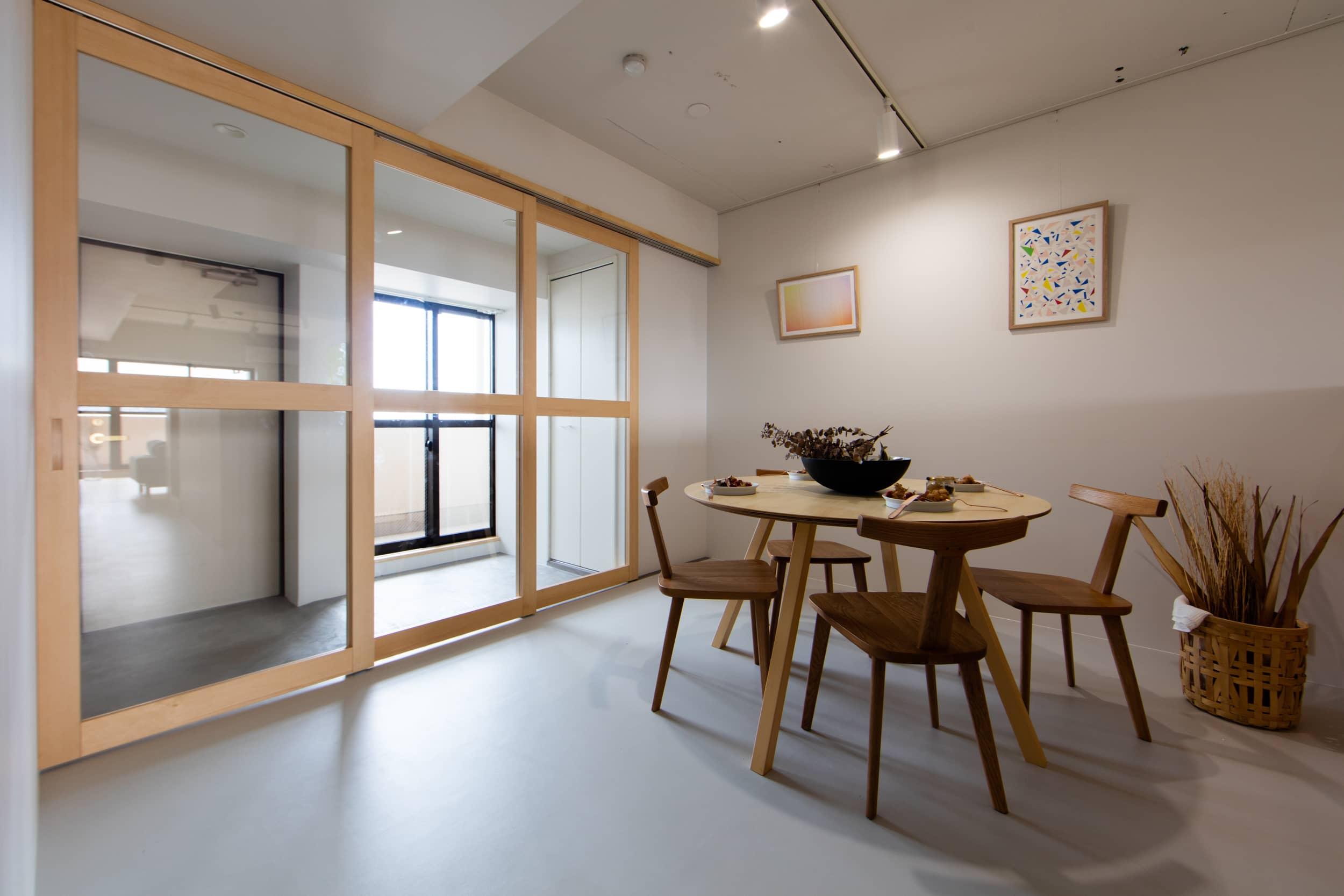 ロイヤルシャトー泉本町1108モデルルーム / 玄関からダイニングへ続く空間